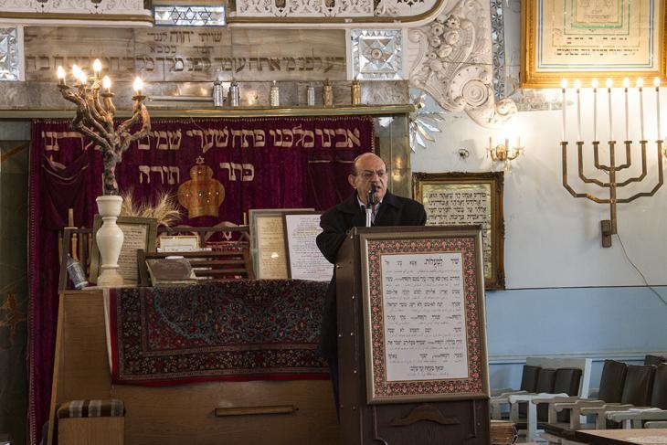 Synagogue shamash Albert Sedq, gives details of the synagogue's activities to a group of visitors (photo: Changiz M. Varzi)