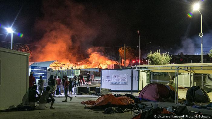 Fire in part of the Moria refugee camp in 2016 (photo: picture-alliance/AP Photo/M. Schwarz)