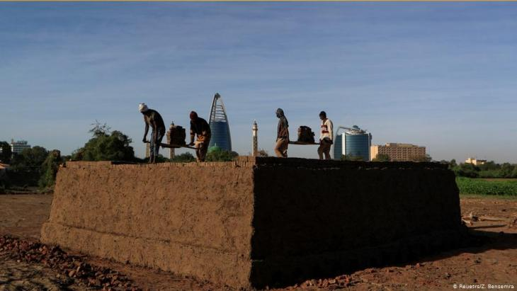 Men work in an open-air brick factory at the confluence of the Blue and the White Nile near Khartoum, Sudan (photo: REUTERS/Zohra Bensemra)