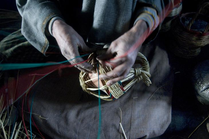 Weaving the outer wicker basket for the kangdi (photo: Sugato Mukherjee)