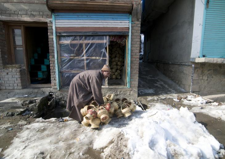 A kangdi vendor with his wares on a snowy backstreet in Srinagar (photo: Sugato Mukherjee)