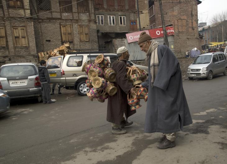 Inspecting a kangdi vendor's wares (photo: Sugato Mukherjee)
