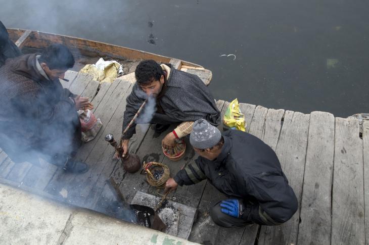 Kashmiri men gather round their kangdis (photo: Sugato Mukherjee)