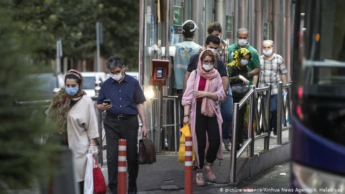 Iranians masked against coronavirus in Tehran (photo: picture-alliance/Xinhua News Agancy/A. Halabisaz)