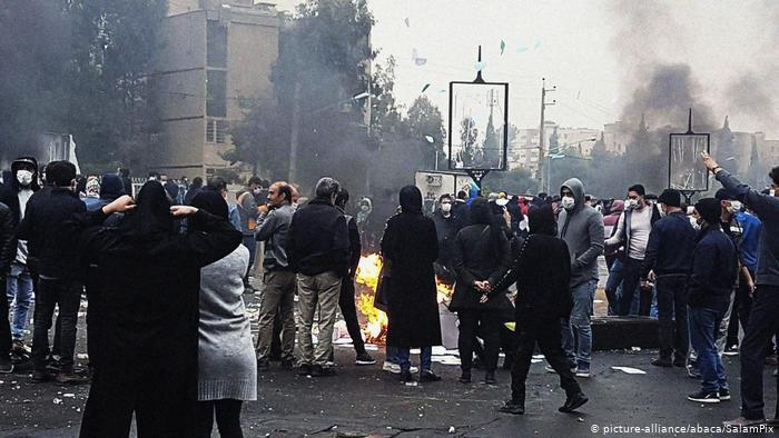 Iranian protest the rise in petrol prices (photo: picture-alliance/abaca/SalamPix)