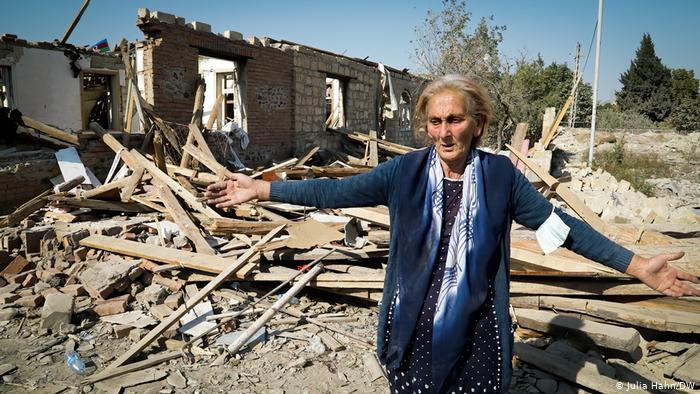 Ragiba Guliyeva in front of the rubble of her home (photo: Julia Hahn/DW)