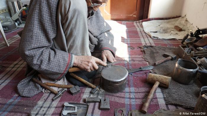 Ghulam Mohiuddin at work making hospital instruments (photo: DW/ Rifat Fareed)