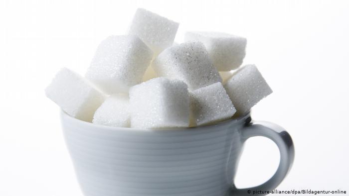 Sugar cubes in a cup (photo: picture-alliance/dpa/Bildagentur-online)