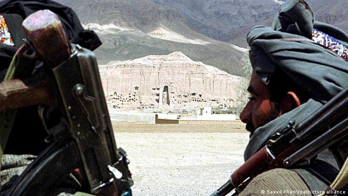 Destruction of Buddha statues in Bamiyan | Taliban militia with the Buddha site behind them