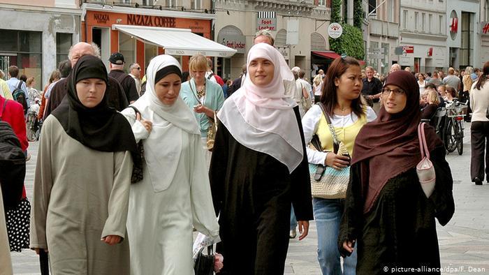 Smybolic image of Muslim hijab-wearing women in Europe (photo: picture-alliance/dpa/F. Dean)