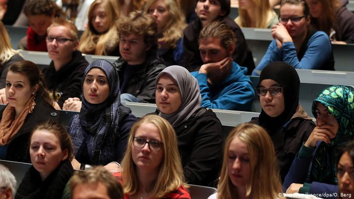 Muslim students in a German lecture hall (photo: picture-alliance/dpa/O. Berg)
