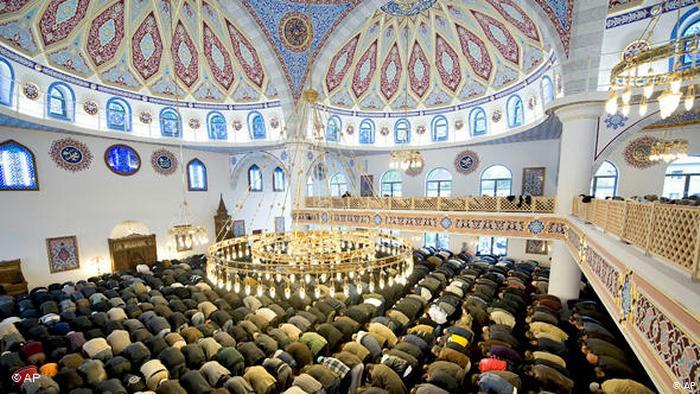 Muslim worshippers pray inside the Duisburg Mosque, Germany (photo: AP)