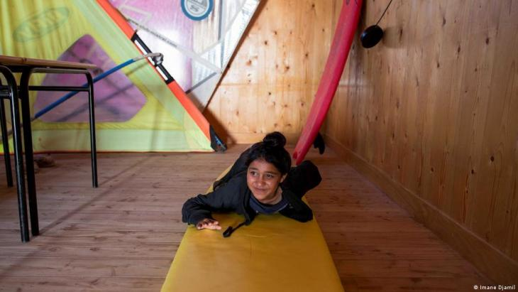 A student reviews her surfing positions after watching a video (photo: Imane Djamil)