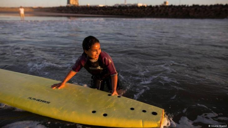 A student holds onto a surfboard during a free surfing lesson (photo: Imane Djamil)