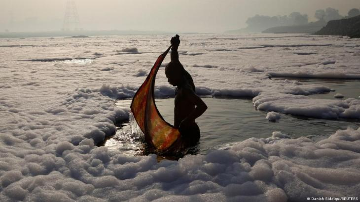 Hindu devotee wraps his cloth after a ritual dip in the polluted Yamuna river in New Delhi, 21 March 2010 (photo: REUTERS/Danish Siddiqui)