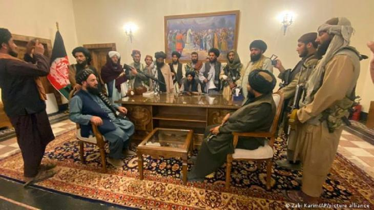 Taliban fighters in the presidential palace in Kabul (photo: Zabi Karim/Ap/picture-alliance)