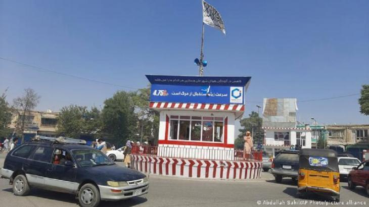 Taliban flag hoisted on the central square in Kunduz (photo: Abdullah Sahil/AP Photo/picture-alliance)