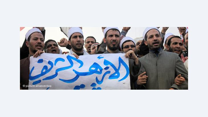 Egyptian Muslim scholars from al-Azhar university hold a banner reading in Arabic 'The Azhar is with the revolution of the free people' as they stand with anti-government protesters in Tahrir Square, Cairo, Egypt, 9 February 2011 (photo: picture-alliance/dpa)