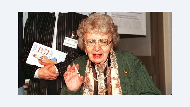 Annemarie Schimmel during a book signing in 1995 (photo: picture-alliance/dpa)