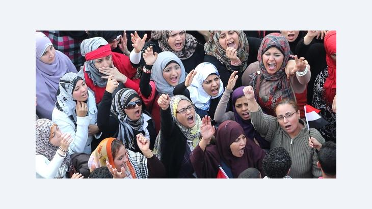 Egyptian women shout slogans against the President Mohamed Morsi decree, at Tahrir Square, Cairo, Egypt, 27 November 2012 (photo: dpa)