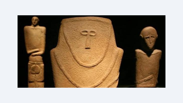 Stone figures of humans dating from the fourth millennium BCE on display at the Museum of Islamic Art in Berlin (photo: dpa)