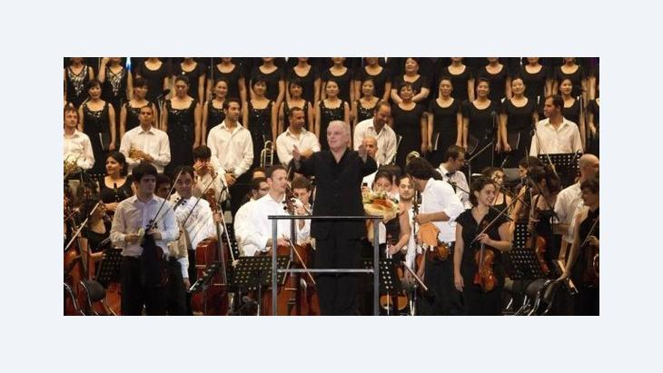 Star conductor Barenboim with the West-Eastern Divan Orchestra which was founded by him (photo: dpa)
