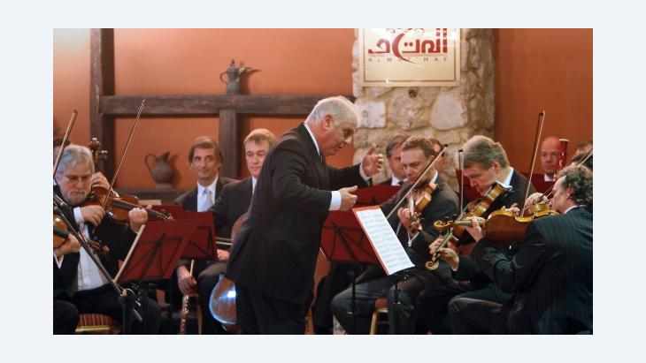 Daniel Barenboim and his orchestra in the Al Mahdaf Museum in Gaza (photo: © Shareen Sarhan / UNRWA)