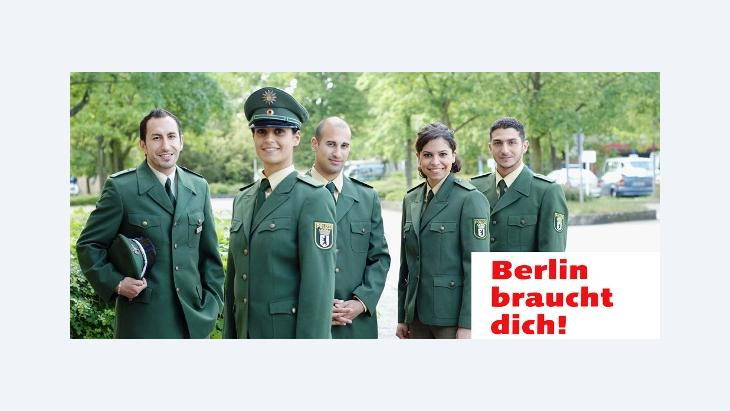 """A """"Berlin braucht dich!"""" promotional poster shows German policemen and policewomen with a migrant background (photo: www.berlin-braucht-dich.de)"""