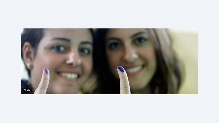 Egyptian women showing their ink-stained fingers after casting their votes (photo: dapd)