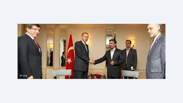 Turkish Prime Minister Recep Tayyip Erdogan (left) shaking hands with Iranian President Mahmoud Ahmadinejad (photo: IRNA)