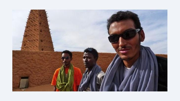 Omar Bombino Moctar and friends (photo: Ron Wyman/bambinoafrica.com)