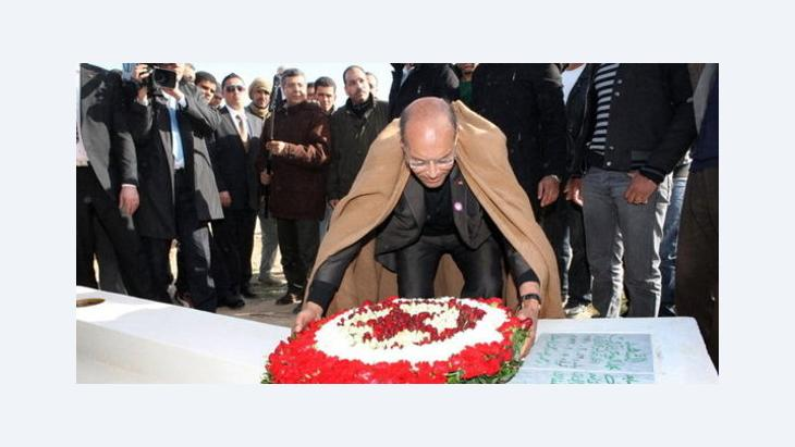 Tunisia's president Moncef Marzouki pays tribute to Mohamed Bouazizi who set himself on fire, an act which sparked the so-called Jasmin revolution (photo: dapd)