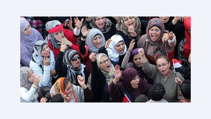 Female activists demonstrate against President Morsi's extention of power in Cairo (photo: dpa/picture-alliance)