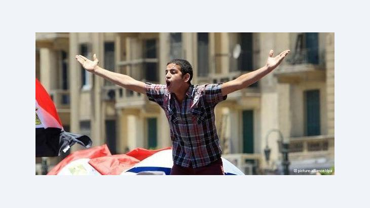 A young revolutionary during a demonstration in Cairo city centre (photo: picture-alliance/dpa)