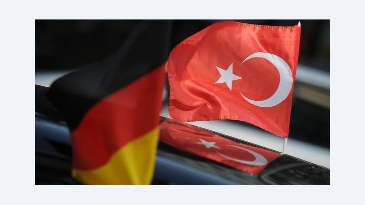 A German and a Turkish flag (photo: picture-alliance/dpa)