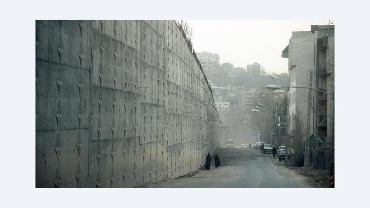 Street next to the wall of Tehran's Evin prison (photo: dpa)