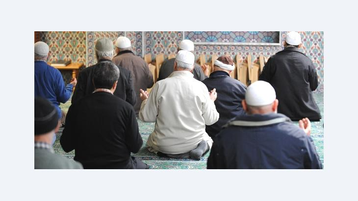Prayer time in the Eyüp Sultan Camii in Hamburg, Germany (photo: dpa)