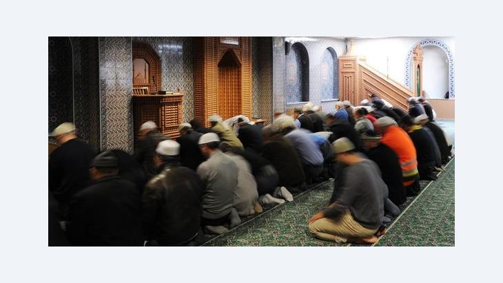Men during prayor time at the Eyüp Sultan Camii in Hamburg, Germany (photo: picture-alliance/dpa)