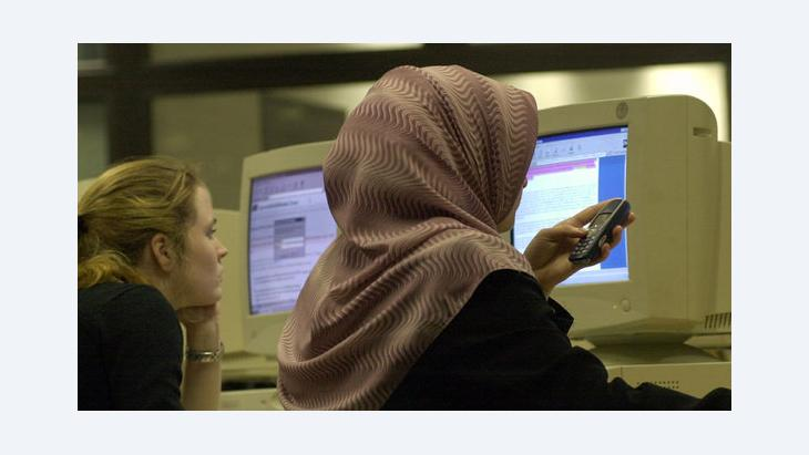 A young Muslim woman in front of a computer (photo: dpa)