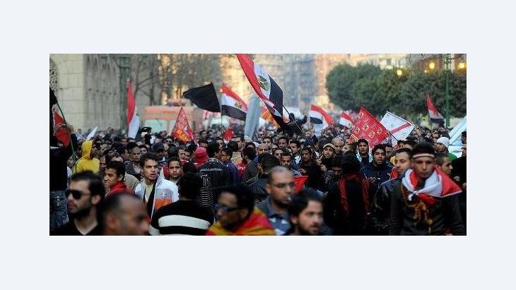Egyptian protester march to denounce the deadly clashes that occurred after a soccer match, in Cairo, Egypt, 2 February 2012. Thousands marched downtown Cairo towards the interior ministry to show their anger against the interior ministry following deadly clashes that erupted after a soccer match and left 71 people killed (photo: EPA, dpa)