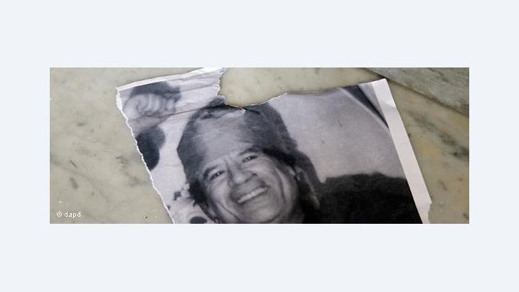 Ripped Gaddafi poster (photo: dapd)
