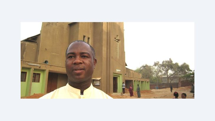 Peter Ebidero, Vicar general in front of the Catholic church in Kano (photo: dpa)