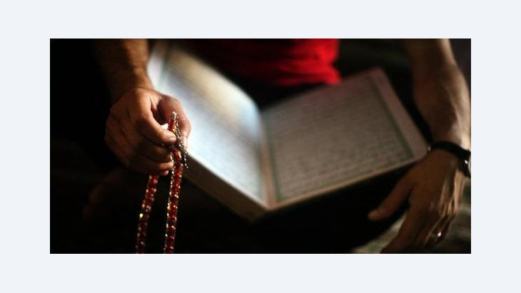 Person reading the Koran (photo: dpa)