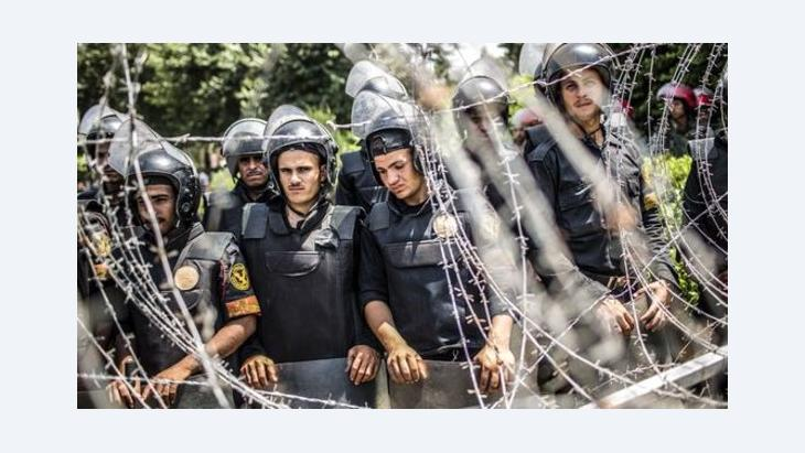 Military police behind barbed wire in Cairo (photo: Getty Images)