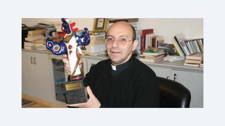 Mitri Raheb holding up the German Media Prize (photo: Muhannad Hamed)
