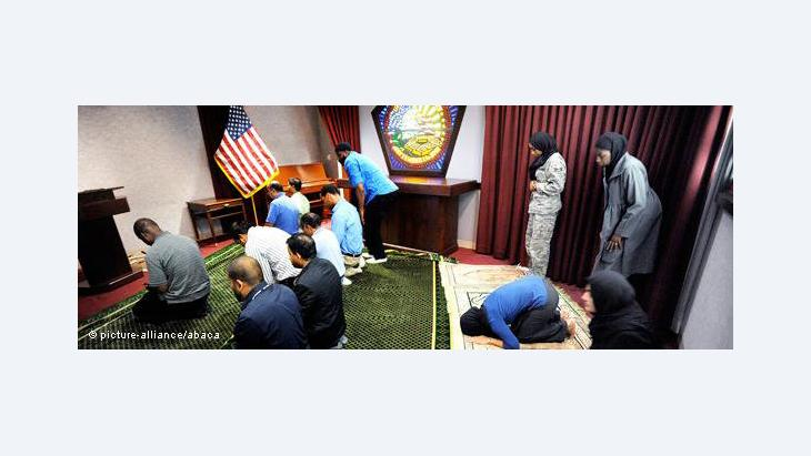 Muslim Pentagon employees praying in the Pentagon in Arlington, 2010 (photo: © picture alliance/abaca)