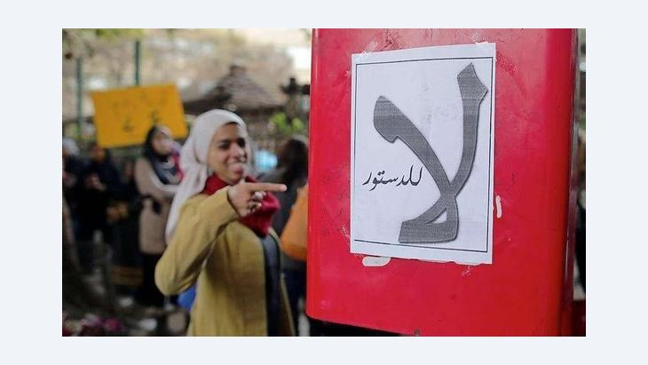 An Egyptian woman points to a poster that read 'No to the constitution' (photo: dpa/picture-alliance)