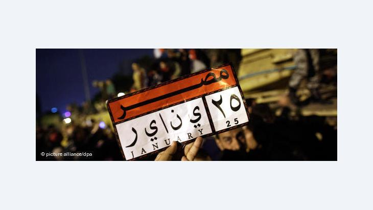 A demonstrator holding a small placard referring to the start of the Egyptian Revolution on 25 January (photo: dpa)