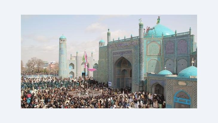 Thousands are gathered before the holy shrine in hopes for a peaceful year (photo: Marian Brehmer)