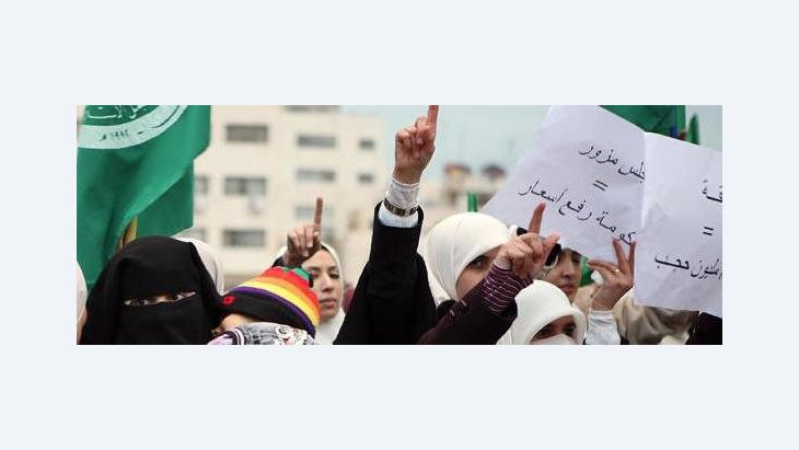 Veiled Jordanian women protest in front of the parliament (photo: picture alliance/dpa)